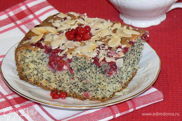 Посыпать пирог миндальными лепестками.