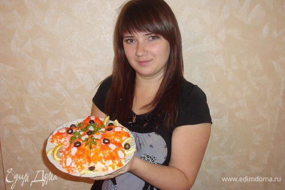 Сыр, картофель, яйца натереть на средней тёрке. Морковь натереть на мелкой тёрке и смешать с майонезом. Сёмгу нарезать мелкими кусочками. Для этого салата необходимо плоское и широкое блюдо. Салат выкладывается слоями, в форме звезды. Каждый слой промазывается майонезом с морковью. 1 слой - картофель, посолить 2 слой - сыр 3 слой - сёмга 4 слой - яйца Далее украшаем.