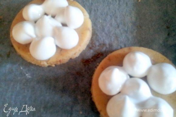 Белки взбить с оставшимся сахаром в очень крепкую пену, и из кондитерского мешочка отсадить на тесто в виде капелек, диаметром примерно 1 см.