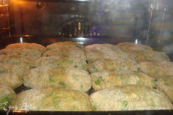Ставим всё в духовку на 30-35 минут, при температуре 200 градусов. За 10 минут до приготовления включить функцию гриль.
