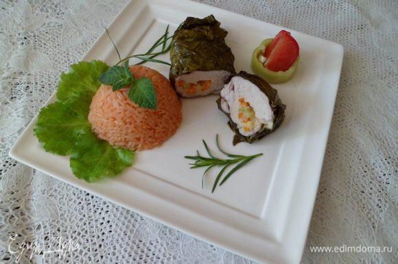 Взять красивую тарелку, выложить филе и рис,и украсив по своему вкусу подать родным.
