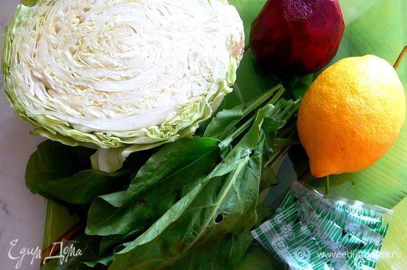 В оригинальном рецепте этот салат делается из пекинской капусты, но я заменила ее на молодую белокачанную.