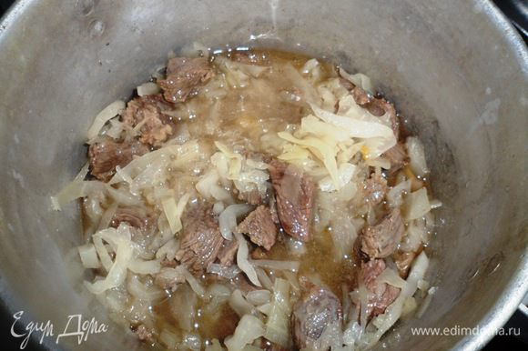 К капусте добавляем мясо и колбасу (порезанную на небольшие кубики).