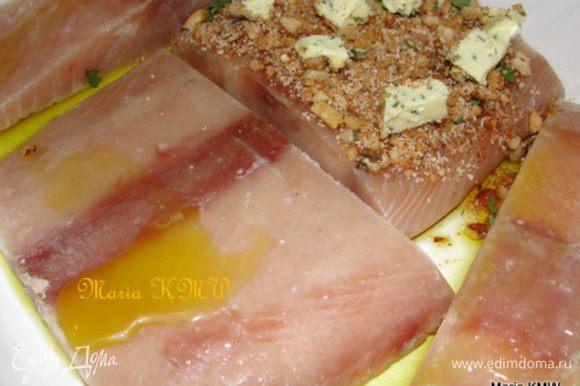 Уложить семгу в форму для запекания, сбрызнув дно формы и верхнюю часть семги оливковым маслом.