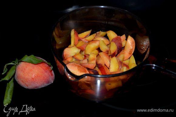 Разогреть духовку до 180гр. Подготовим персики,помоем их и разрежем дольками.
