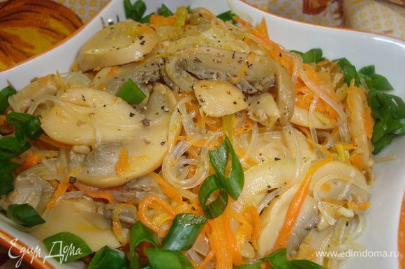 Фунчозу выложить к овощам и грибам, перемешать, и подавать украсив зеленью.