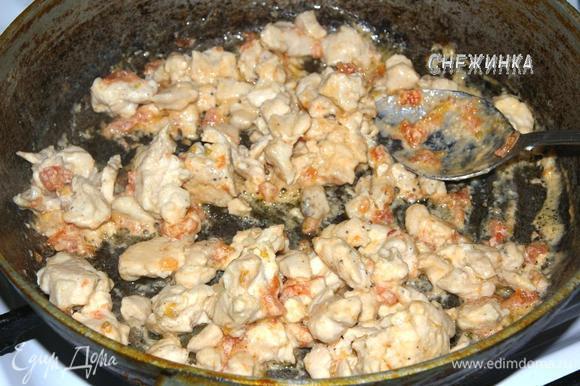Затем влить сметанно-томатный соус и томить курицу до его выкипания.