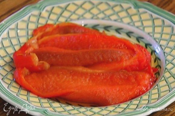 Сладкий перец запечь в духовке, затем снять кожицу, удалить семена и нарезать мякоть кусочками.