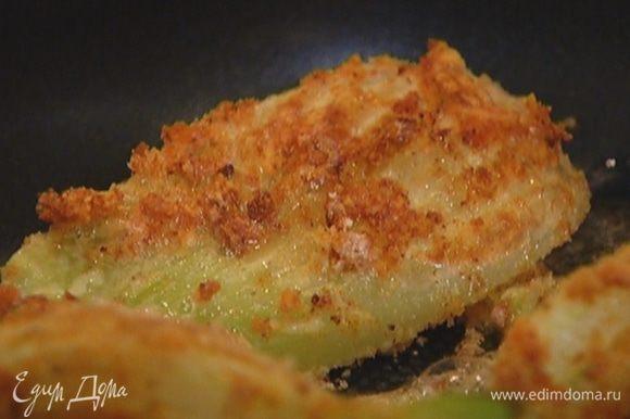 Разогреть в тяжелой сковороде растительное масло и обжарить фенхель со всех сторон до золотистой корочки. Подавать фенхель с чили-майонезом.