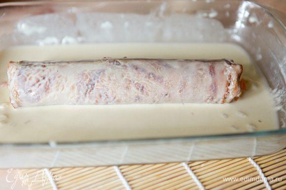 Обмакнуть ролл в кляре. Наполнить глубокую сковороду маслом, нагреть. Жарить ролл около 3минут,несколько раз переворачивая. После чего положить ролл на бумажное полотенце для того, чтобы лишний жир стек.