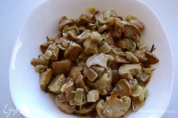 Грибы очистить от земли, хорошо помыть и порезать на кусочки. Отварить в подсоленной воде 10мин. Отцедить. Слегка поджарить грибы на оливковом масле, можно с луком.