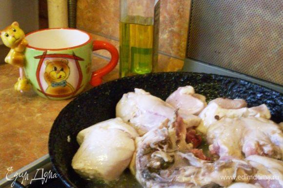 Курицу слегка обжариваем на сковородке – 3-4 минуты.