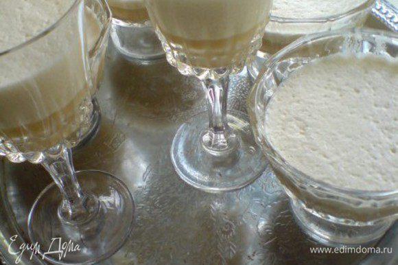 Смешать крем с белками.Разлить полученную массу по формочкам и отправить в холодильник минимум на 4 часа. При желании украсить молочной пенкой: молоко подогреть в ковшике или небольшой кастрюле,не доводя до кипения.Взбить миксером или венчиком.