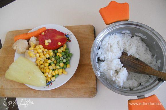 Для начала начнем подготовительные работы:заранее отварим рис(обычная рисовая каша на подсоленной воде) и куриный бульон( с луком,морковкой,чесноком,перцем,сельдереем,лавровым листом).Морковку,помидор,лук,капусту,перец - измельчаем как вам угодно.