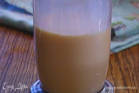 Приготовить тесто: к яйцам влить молоко и 100 мл воды, добавить сахар, соль и взбить все миксером.