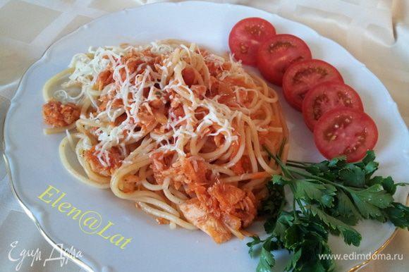 Затем отварить пасту, у меня спагетти, в большом количестве воды, в воду добавить соль. В готовую пасту добавить томатный соус с семгой и перемешать. Все готово, подавать пасту с семгой присыпав тертым сыром. Угощайтесь!!!Это вкусно, очень быстро, что не маловажно в дачный сезон. Приятного аппетита!!!