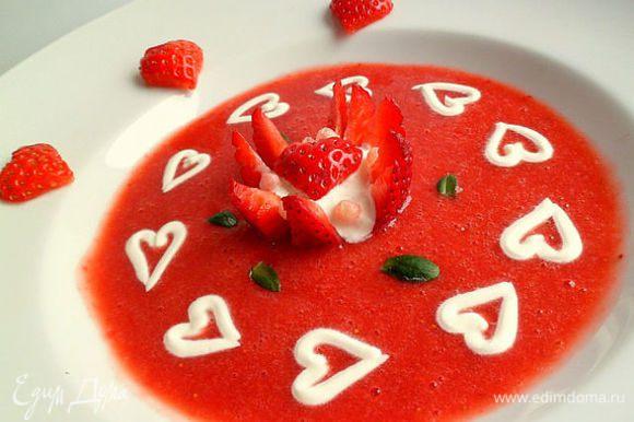 Клубничный соус делаем измельчая клубнику в блендере (по вкусу добавить фруктозу или сах.пудру).Порезать кусочки киви ко всему(можно любые другие фрукты).Клубничный соус разлить по тарелкам добавить творожные островки.Приятного аппетита.Можно в клубничный соус из пастообразного творога нарисовать любые фигурки.