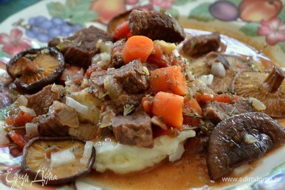 Подавать грибы с мясным рагу. Поверх можно посыпать свежей петрушкой. Приятного аппетита!