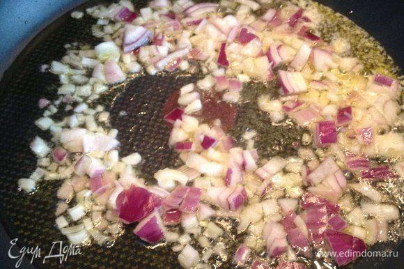На сковороде со сливочным и оливковым маслом обжарить мелко нарезанный лук