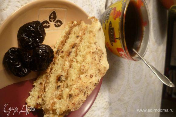 Коржи промазать кремом. Верх торта украсить грецкими орехами. Оставить на ночь для пропитки. Приятного аппетита!