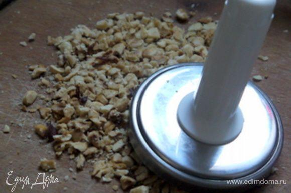 Добавить к нему крупно порубленные орехи, пармезан, кубики сельдерея и имбирь. Заправить оливковым маслом. Добавить соль и перец по вкусу.