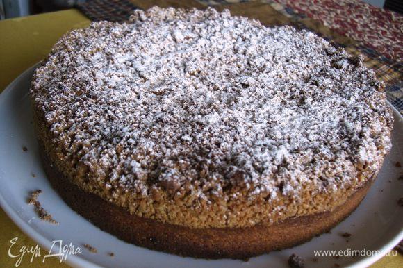 Пирог слегка остудить. Можно посыпать сахарным порошком.