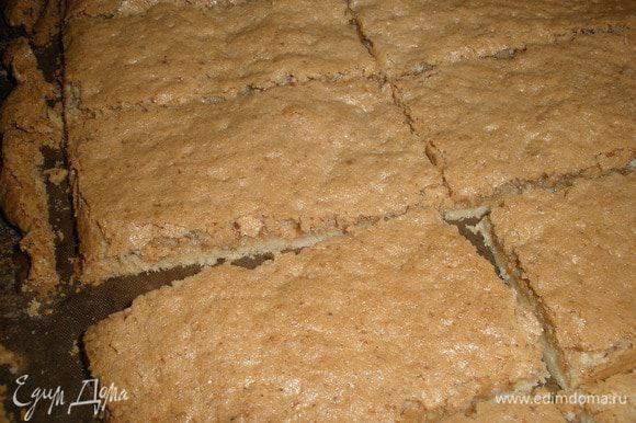 Выпекаем пирожные при температуре 160 градусов еще 25 минут. Затем ГОРЯЧИМИ нарезать на кусочки.