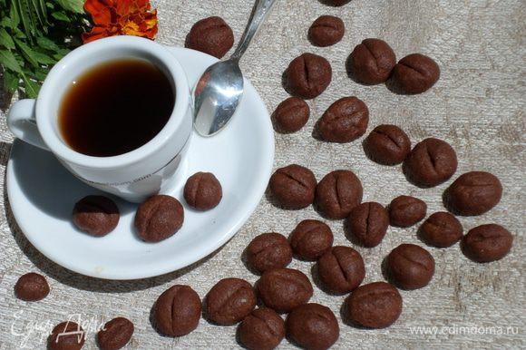 Застелить пергаментом противень и выложить печенье. Выпекать 10-15 минут в предварительно разогретой до 200 градусов духовке.