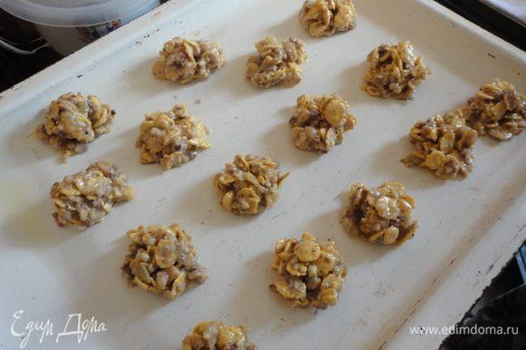 С помощью двух десертных ложек выложить на смазанный растительным маслом противень печенюшки. Выпекать при 180 градусов 10 - 12 минут.