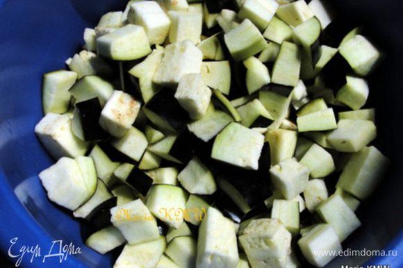Баклажаны порезать кубиками. Влить оставшеися 250 мл кокосового молока. Добавить к мясу баклажаны, листья кафир-лайма, перчик чили. Тушить до готовности 15-25 минут.