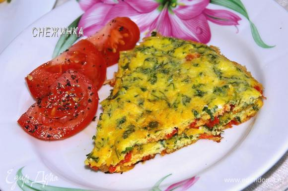 Готовый омлет нарезаем на порции и подаем с дольками помидора, присыпанными сухим майораном и базиликом. Buon appetito!