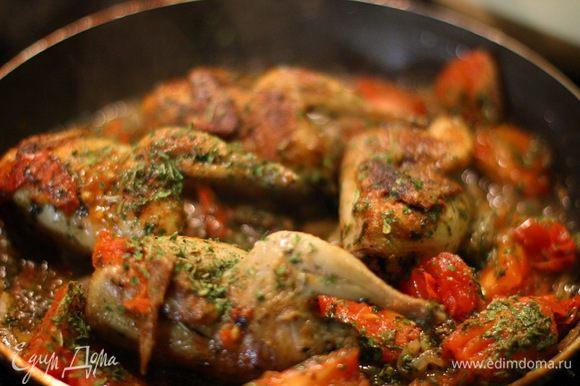 Тушки перепелок обжариваем с каждой стороны до золотистого цвета. После добавляем помидор и тонко порезанную луковицу. Доводим перепелов до готовности, посыпаем петрушкой.