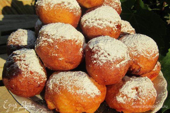 Готовые пончики посыпать пудрой.