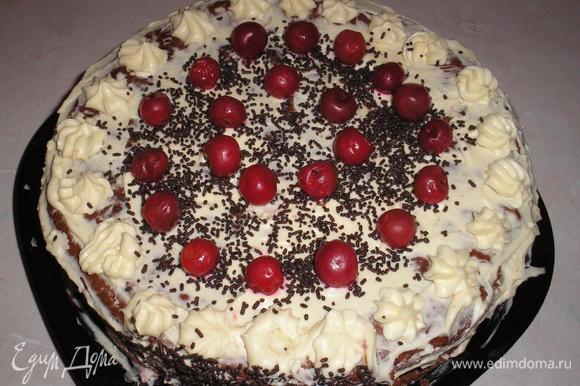 Накрываем третьим коржом, пропитываем сиропом его и отправляем торт в холодильник на несколько часов для застывания. Когда торт полностью застынет, вынимаем его из формы и украшаем взбитыми сливками, шоколадом, вишней (факультативно).