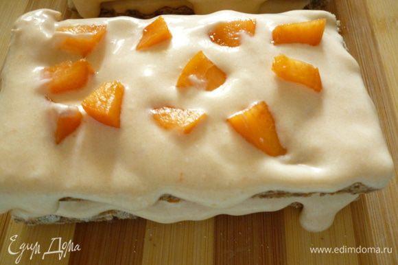 Снова кладем хлебец и затем крем и абрикосы и еще один хлебец и крем. Получается 8 пирожных. Затем убираем пироженые в холодильник минимум на 12 часов,а лучше на сутки. Приятного вам аппетита!