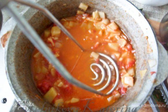 Снять икру с огня. Добавить соль, перец, чеснок, пропущенный через пресс, перемешать. Затем вооружиться толкушкой для картофеля и помять икру в течение минуты, чтобы были кусочки, но не превращая в пюре.