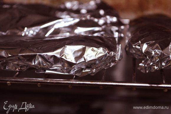 Разогреть духовку, выложить рыбу на решетку и запекать при 180 градусах 40 мин.