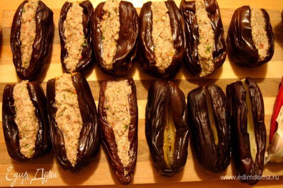 Грецкие орехи растолочь в ступке или пропустить через мясорубку.Из орехов должно выделиться масло,поэтому блендер нам не подходит.Лук мелко порезать и обжарить на растительном масле до мягкости.Кинзу мелко порезать.В ступке растолочь чеснок с солью и кориандром и перцем чили.Добавить чесночную смесь и кинзу в сковороду к луку,погасить огонь и хорошо перемешать.