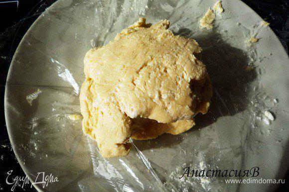 Затем добавить к тесту взбитые белки, осторожно перемешать. Тесто получается не крутое, немного липкое.