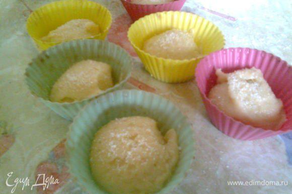 Тесто разложить по формочкам для маффинов,посыпать сверху сахаром и поставить в духовку, сразу снизить температуру до 220*С.Выпекать 12-15 минут.