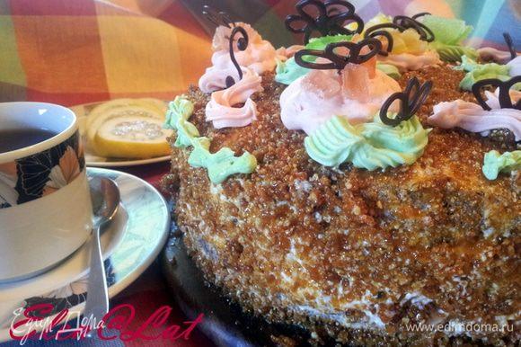 Оставшийся крем надо разделить на две части и подкрасить в нежно зеленый и розовый. Кремом украсить торт. Еще у меня украшение, фигурки из растопленного шоколада. Все тортик наш готов. Очень вкусный бисквит, нежная малинка и самое вкусное грильяж. Угощайтесь!