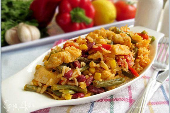 Мясо с рисом залить соусом и готовить еще 10 минут, до готовности риса.