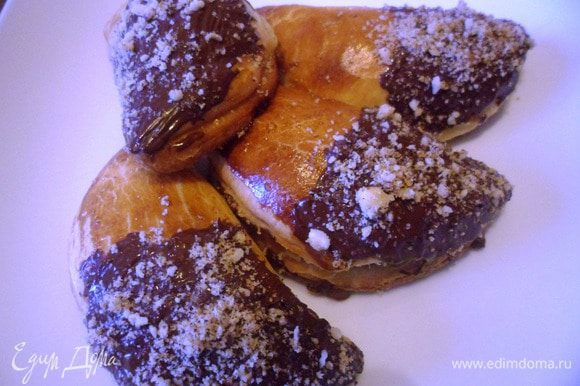Готовые булочки опустить в растопленный шоколад и посыпать рубленными орешками. Приятного чаепития!!!
