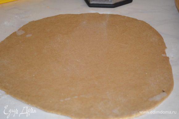 Тесто раскатать в пласт толщиной 0,5 см и переложить в форму