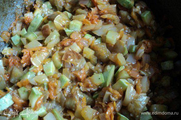 Сложить в казанок или сотейник обжаренные баклажаны, кабачки, лук с морковкой, перемешать, добавить по вкусу соль, перец. Накрыть крышкой и потушить 15-20мин, помешивая время от времени.