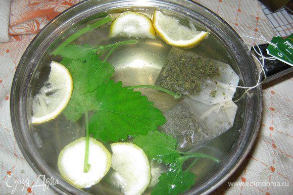 В закипевшую воду добавляем мяту, лимон и пакетики чая...