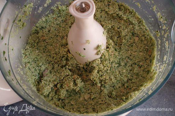 добавляем к измельченной зелени с луком немного нута и измельчаем,лучше поэтапно измельчать и масса получится однородная