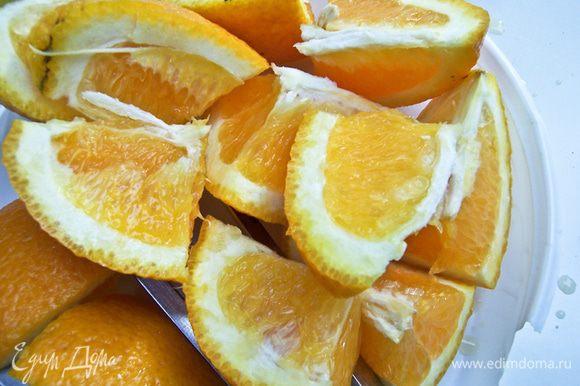 Оставшийся апельсин разрезать на дольки и каждую еще пополам.