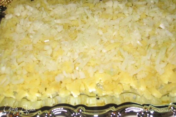 Собираем салат слоями: слой 1 - разложить натертый на терке картофель (3 шт), на него мелко нашинкованный лук...смазать майонезом