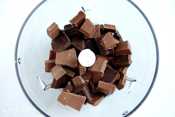 Горький и молочный шоколад поломать на кусочки.